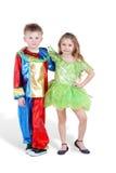 Chłopiec i dziewczyna w karnawałów kostiumów stojaku obrazy royalty free
