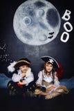 Chłopiec i dziewczyna w piratów kostiumach pojęcie kalendarzowej daty Halloween gospodarstwa ponury miniatury szczęśliwa reaper,  Obraz Stock