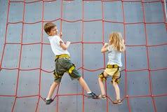 Chłopiec i dziewczyna w rockowego pięcia gym Zdjęcie Stock