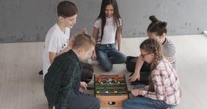 Chłopiec i dziewczyny bawić się foosball zbiory