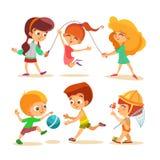 Chłopiec i dziewczyny bawić się z piłką i doskakiwaniem Fotografia Royalty Free