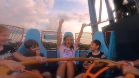Chłopiec i dziewczyny cieszy się nieskończoność spadki na zmierzchu tle przy Seaworld zdjęcie wideo
