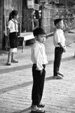 Chłopiec i dziewczyny czekanie iść szkoła Obraz Royalty Free