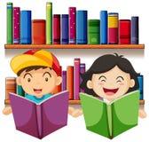 Chłopiec i dziewczyny czytelnicza książka w bibliotece Obrazy Stock