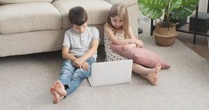 Chłopiec i dziewczyny dopatrywania film na laptopie zdjęcie wideo