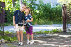 Chłopiec i dziewczyny dowcipu dwa rocznika kamery stoi troszkę zdjęcia royalty free