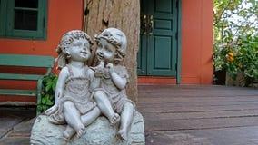 Chłopiec i dziewczyny ogrodowa lala Zdjęcie Stock