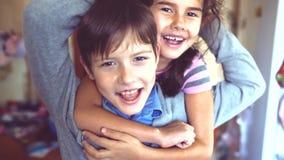 Chłopiec i dziewczyny przytulenie robi selfie chłopiec z dziewczyny przytulenia dzieci przyjaźni pojęciem Mała śliczna chłopiec i zbiory wideo
