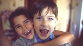 Chłopiec i dziewczyny przytulenie robi selfie chłopiec z dziewczyny przytulenia dzieci przyjaźni pojęciem Mała śliczna chłopiec i zdjęcie wideo