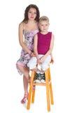Chłopiec i jego matka siedzimy na krześle obrazy stock