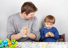 Chłopiec i jego matkujemy być szczęśliwi o selfmade Wielkanocnych jajkach Zdjęcia Stock