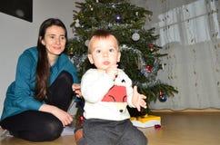 Chłopiec i matka na święto bożęgo narodzenia Fotografia Stock