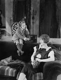 Chłopiec i matka z radiem (Wszystkie persons przedstawiający no są długiego utrzymania i żadny nieruchomość istnieje Dostawca gwa Obrazy Royalty Free