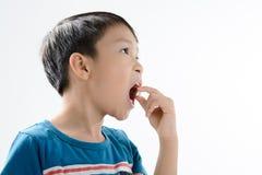 Chłopiec i medycyny pastylka fotografia stock