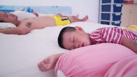 Chłopiec i ojca dosypianie na łóżku zbiory