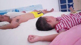 Chłopiec i ojca dosypianie na łóżku zdjęcie wideo