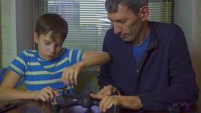 Chłopiec i ojca gromadzić truteń, copter, 4k zbiory wideo