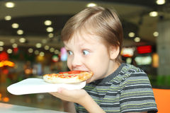 Chłopiec i pizza obrazy stock