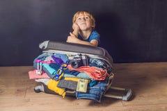 Chłopiec i podróży walizka Dzieciak i bagaż Pakujący dla Vacatio zdjęcie stock