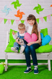 Chłopiec i stary siostrzany ono uśmiecha się na ławce Obraz Stock