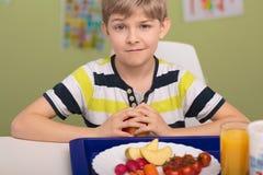 Chłopiec i zdrowy śniadanie Zdjęcia Royalty Free