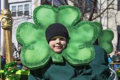 Chłopiec i zieleni cloverleaf, St Patrick dnia parada, 2014, Południowy Boston, Massachusetts, usa Obrazy Stock