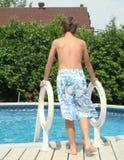 chłopiec idzie basen przygotowywający Zdjęcia Royalty Free