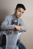 Chłopiec itting na krzesła inside studiu obraz royalty free