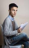 Chłopiec itting na krzesła inside studiu zdjęcie stock