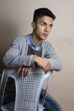 Chłopiec itting na krzesła inside studiu obrazy royalty free