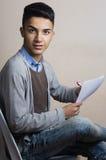 Chłopiec itting na krzesła inside studiu fotografia royalty free