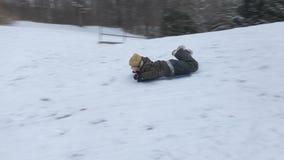 Chłopiec jazda na saniach w zima śniegu zbiory wideo