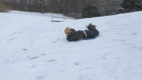 Chłopiec jazda na saniach w zima śniegu zbiory
