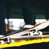Chłopiec Jeździć na deskorolce skoku stylu życia modnisia pojęcie Zdjęcie Royalty Free