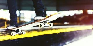 Chłopiec Jeździć na deskorolce skoku stylu życia modnisia pojęcie Zdjęcia Royalty Free