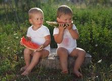 Chłopiec je arbuza outdoors zdjęcie royalty free