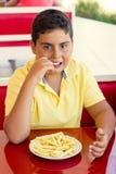 Chłopiec Je Francuskich dłoniaki zdjęcia stock