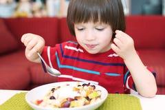 Chłopiec je owocowej sałatki Obraz Stock