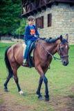 Chłopiec jedzie konia zdjęcie royalty free