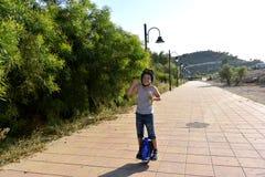 Chłopiec jedzie Monowheel obraz royalty free