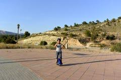 Chłopiec jedzie Monowheel fotografia royalty free