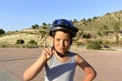 Chłopiec jedzie MonoWheel na deptaku z hełmem obraz royalty free