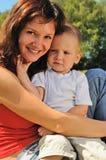 chłopiec jego mały macierzysty plenerowy Zdjęcie Royalty Free