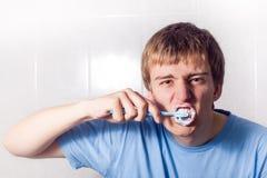 Chłopiec jest czyścić jego zęby Zdjęcia Royalty Free