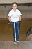 Chłopiec jest przepędzaniem z jego hulajnoga Zdjęcie Royalty Free
