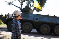 Chłopiec jest przyglądająca zbiornik Zdjęcie Stock