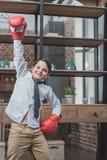 Chłopiec jest ubranym bokserskich rękawiczek pozować w koszula i krawacie fotografia royalty free