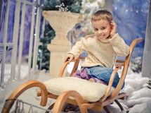 Chłopiec jest ubranym ciepłego odzieżowego i orandge kapelusz plenerowego Obraz Stock
