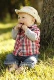 Chłopiec jest ubranym kowbojskiego kapelusz bawić się na naturze Obraz Stock