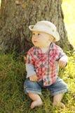 Chłopiec jest ubranym kowbojskiego kapelusz bawić się na naturze Zdjęcia Royalty Free